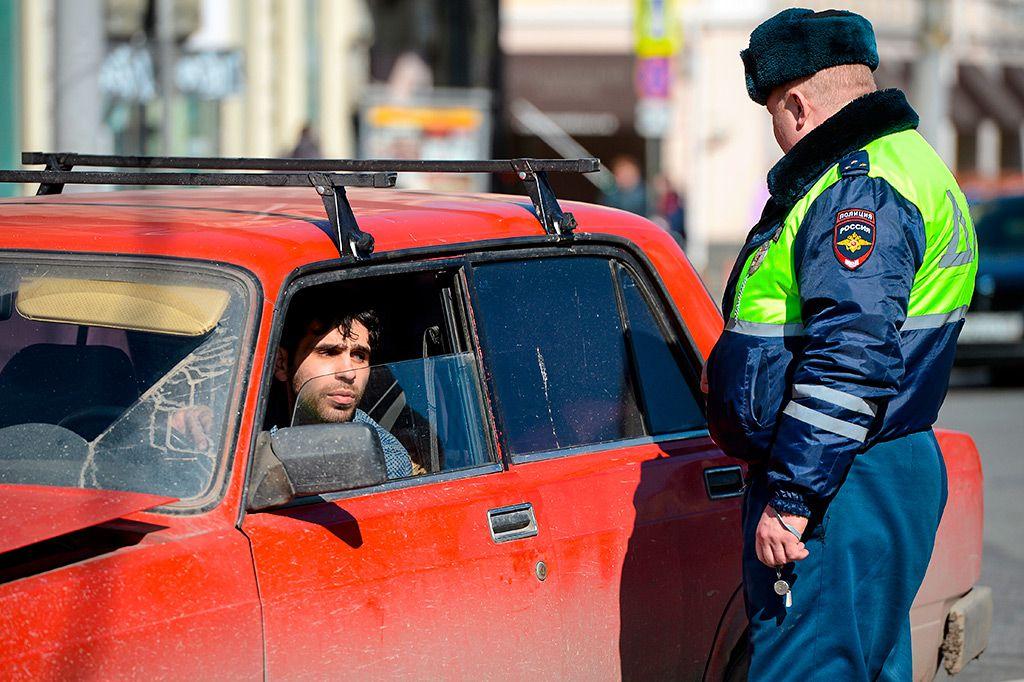 Обязан ли водитель выходить из машины по требованию инспектора ГИБДД?